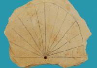 """Одни из старейших солнечных часов были найдены при раскопках в Долине Царей. Сообщение о находке гласит: """"Египетские солнечные часы вернулись к человечеству спустя тысячи лет""""."""